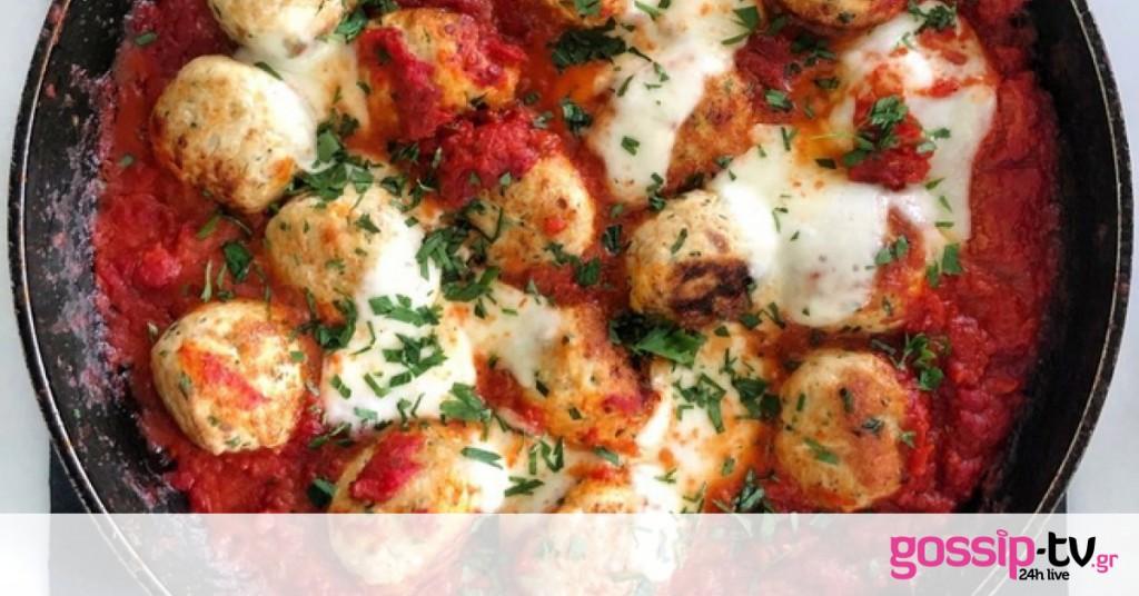 Κεφτεδάκια γαλοπούλας με σάλτσα ντομάτας και μοτσαρέλα
