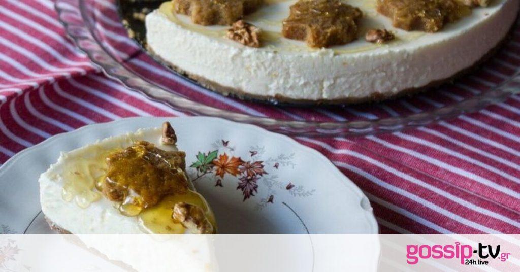 Πεντανόστιμο cheesecake με μελομακάρονα από τον Άκη Πετρετζίκη