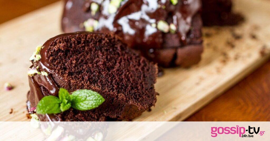 Αυτή τη συνταγή θα τη λατρέψεις! Κέικ με γιαούρτι και μαύρη μπίρα από τον Άκη Πετρετζίκη