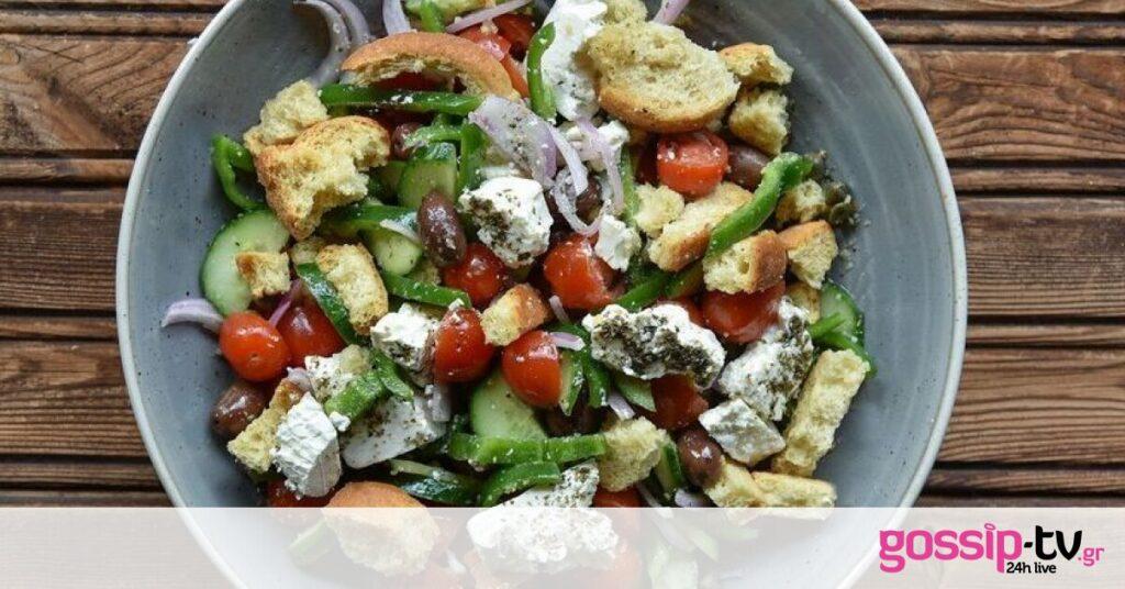 Φτιάξε χωριάτικη σαλάτα όπως ο Άκης Πετρετζίκης