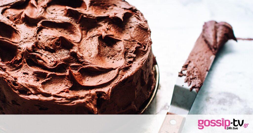 Πώς θα φτιάξετε αφράτη, ζουμερή και νόστιμη τούρτα σοκολάτας